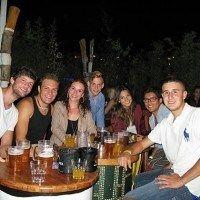 Fröhliche ILA Studenten geniessen einen Drink
